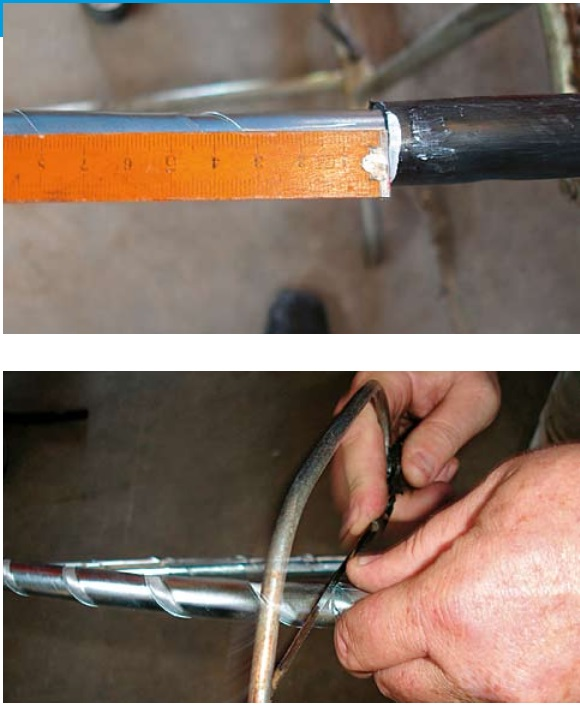 Removal of the armouring (steel band) occurs according to the stipulation of the sleeve manufacturer. When sawing into the steel band the shielding wires lying beneath must not be damaged. For thick cables and thick steel bands it is possible to use an iron saw with a depth marker. In our case a simple small hacksaw also served the purpose.